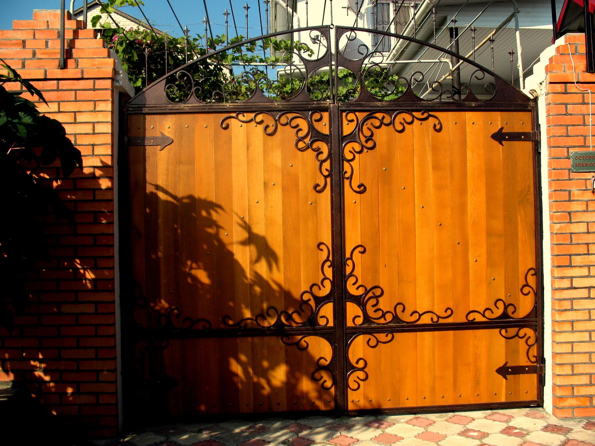 Дизайн ворот и калитки из дерева частного дома